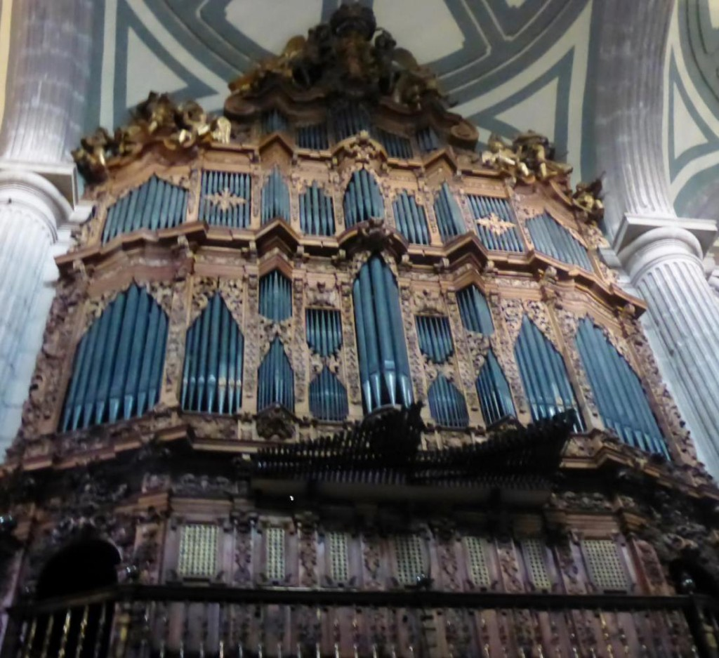 A very large cathedral organ!