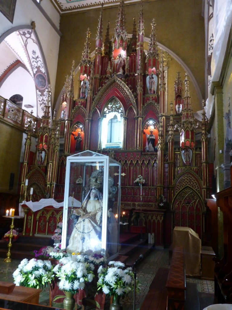 The main altar inside the Cathedral of Banos.