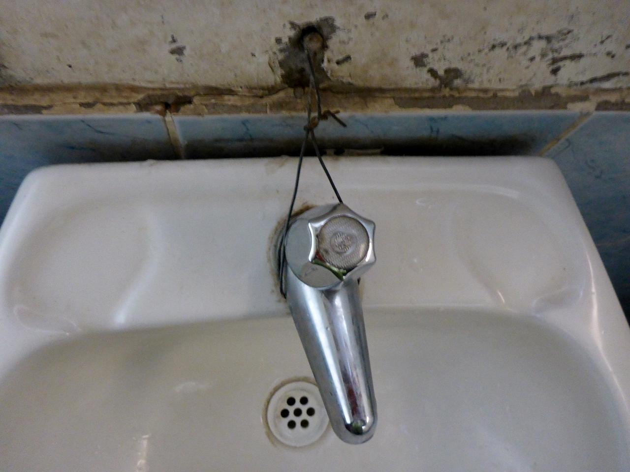The sink was not connected to the wall. This fixed it!
